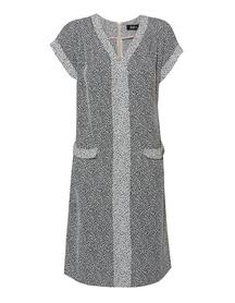 Sukienka z kontrastową listwą.