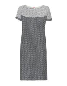 Sukienka z opadającym rękawem w drobny wzór czarno-biały.