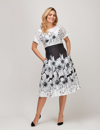 Urocza sukienka z cienkiej bawełny czarno-białej (1)