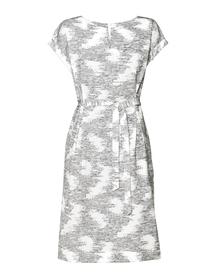 Prosta sukienka z zakładkami w tali z ciekawej tkaniny