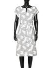 Prosta sukienka z zakładkami w tali z ciekawej tkaniny (3)