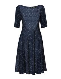 Sukienka w groszki z szerokim dołem
