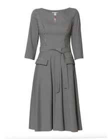 Sukienka z szerokim dołem z kieszeniami.