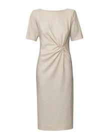Sukienka w kolorze ciepłego beżu z drapowaniem