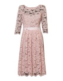 Wizytowa sukienka z koronki w kolorze rózu.